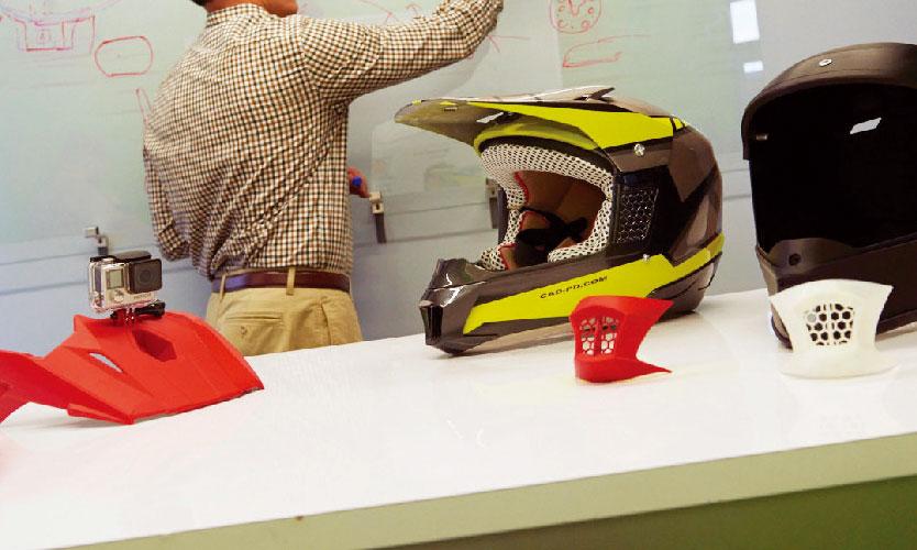 從左到右分別為頭盔攝像頭安裝裝置、最終頭盔產品、吹口(紅色和白色)以及在 CAD 中設計的頭盔原型。