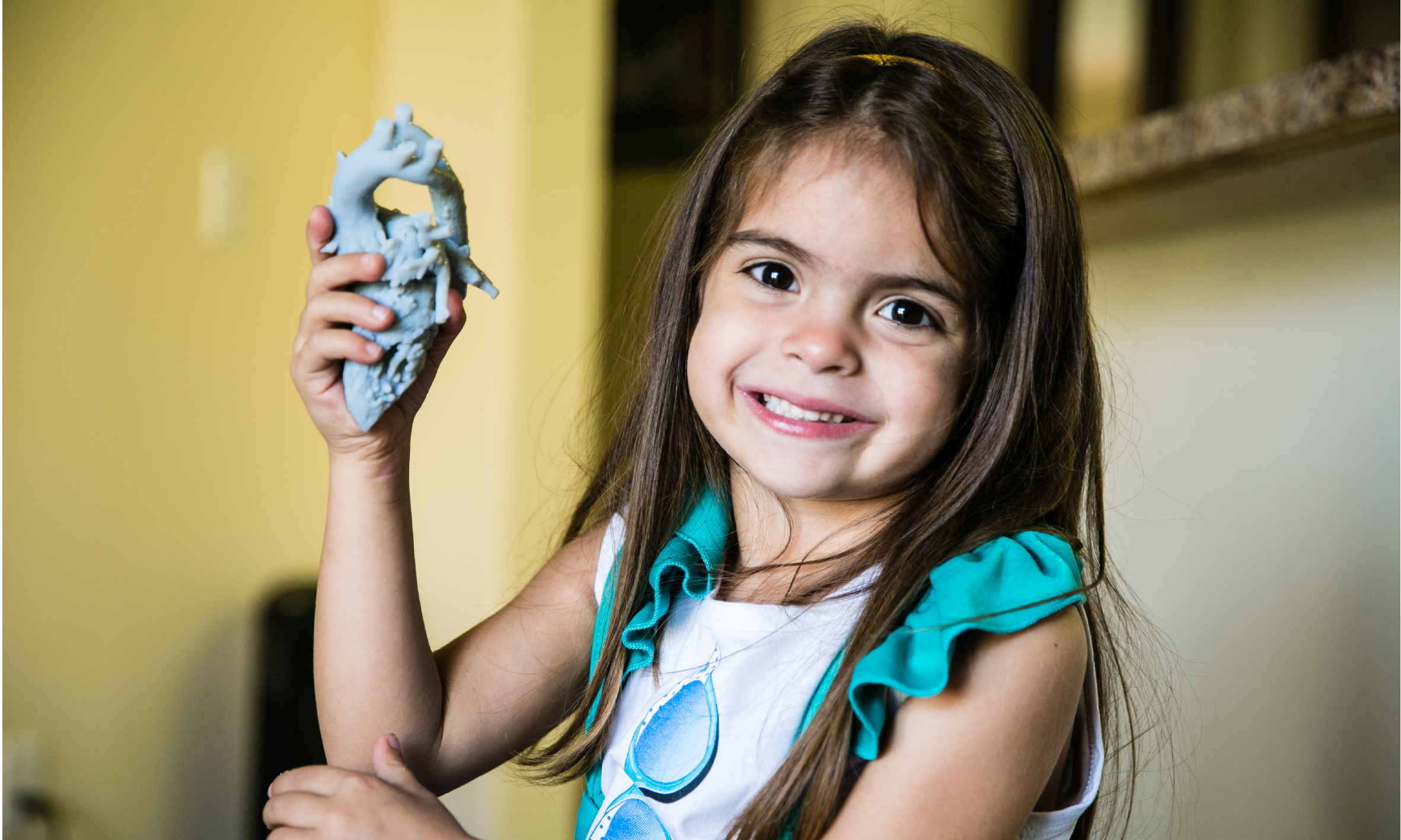 Mia 患有主動脈雙弓缺陷,長期呼吸不暢。醫生利用 3D 列印心臟模型找到了最佳修復方案。