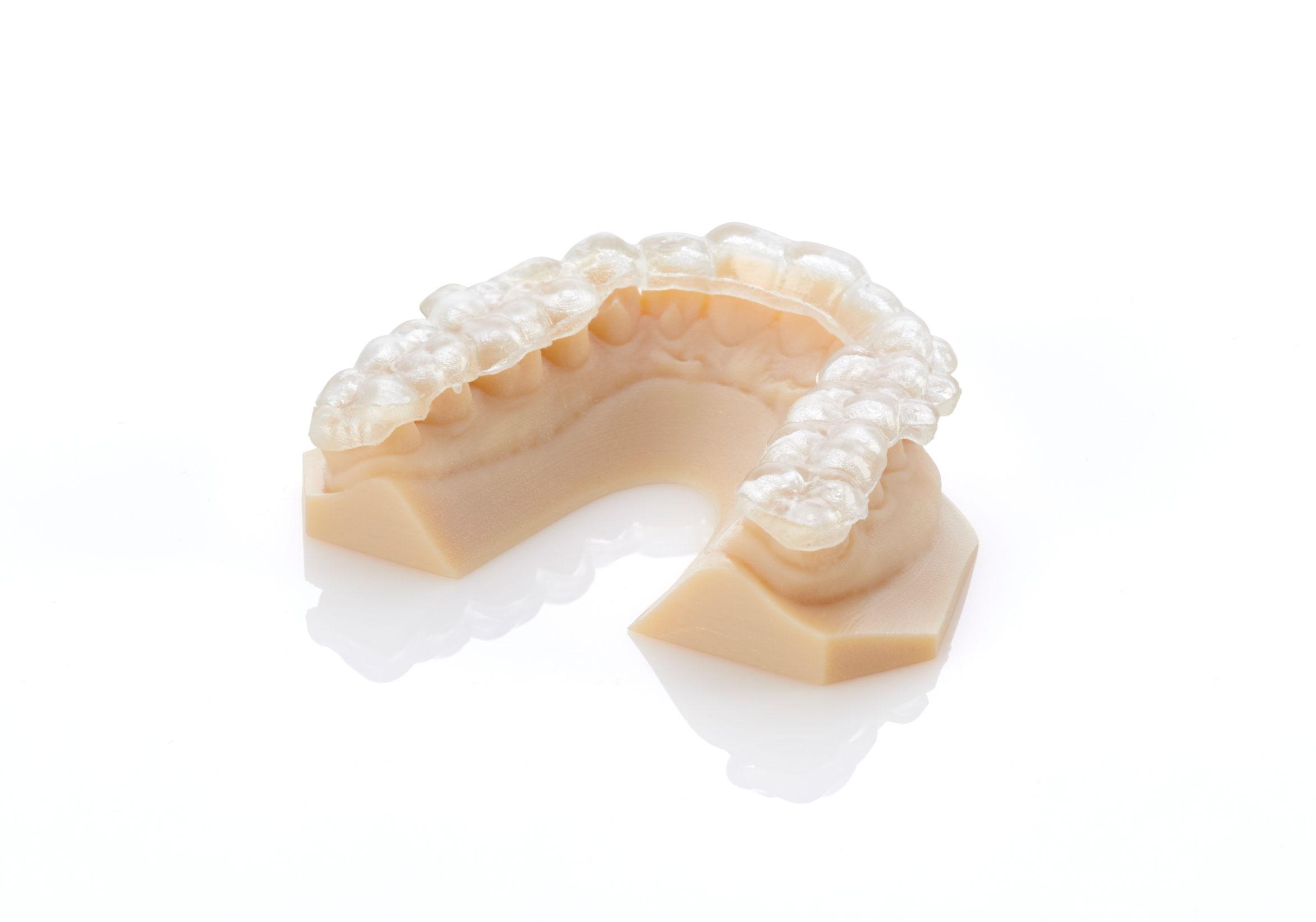 使用生物相容材料和 Stratasys 多材料印表機在單個成型託盤上生成完整的牙種植體。